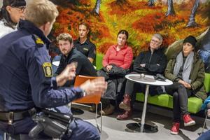 Samling inför kvällens nattvandring.  Diakonen Anna Lönneborg och polisens yttre befäl, Anders Tjällberg, håller i introduktionen. Föräldrarna delas in i fyra grupper som sedan beger sig ut på stan.