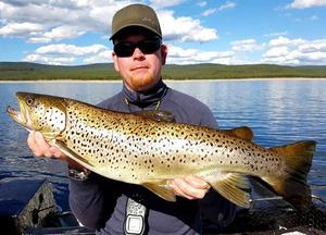 Marcus Larsson från Örebro har kört trolling med wobbler i Lossen och fått fina öringar. Här en fin fisk som väger 3,3 kilo.