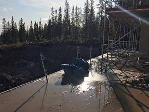 Fallhöjden beräknades till över fyra meter ner till betongen vid ett av byggena.