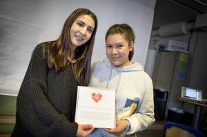 Kinora Haffo och Daniela Addison Smith, socialpedagoger på Ronnaskolan, tog emot utmärkelsen i Ronnaskolans aula.