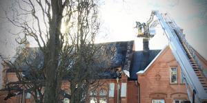 Stoppas i Arboga. Hävarbilen används för släckning och räddning på höga höjder, men får inte användas i Arboga eftersom utbildning saknas. I stället måste hävarbil från Köping inväntas vid insatser på höjder över tre våningar. (Bilden tagen i samband med branden i den syrianska kyrkan i Köping tidigare i veckan).