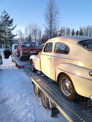 Ett par äldre Volvobilar har lastats för leverans till köpare i Tjeckien.