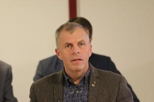 Oppositionsrådet Håkan Söderman (M) menar att det inte går att kommentera anonyma påståenden, rykten, hörsägen och spekulationer om arbetsförhållanden i kommunledningen i Lekeberg.