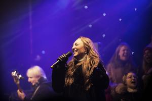 Charlotte Perelli och Gefle Gospel Choir levererade stämningsfulla låtar från scenen.