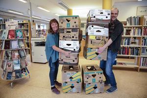 Hundratals bananlådor ska packas med böcker, cd-skivor, tidskrifter med mera nu när flyttlasset går, berättar Anna-Karin Karlsson och Anders Berggren.