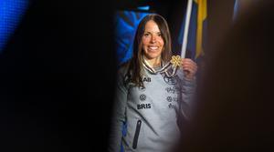 Charlotte Kalla visade upp VM-guldet.