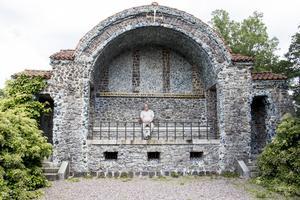 Den sista greven på Färna Herrgård, Carl-Fredrik von Hermansson,  lät 1904 uppföra ett mausoleum av slaggsten med detaljer av den turkosblå Bergslagsmosaiken.