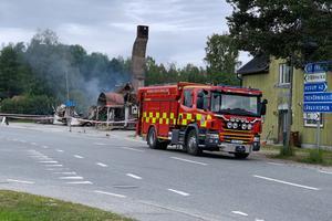 Räddningstjänsten bevakade fortfarande under måndagen branden.