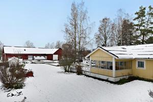 Hästgård med gott om mark och stall i bra skick. Fem hektar åkermark som kan utnyttjas som hage samt en del till lösdrift. Foto: Patrik Persson/Svensk Fastighetsförmedling
