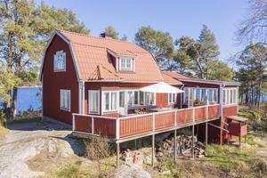 Det rödmålade huset med vita knutar såldes för 10 250 000 kronor. Foto: Johan Vogel.
