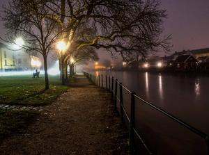 En tidig novembermorgon och som oftast  denna höst var det dimma och dis och lite småregn i luften, men med gatljusen och Arbogaån så blir det en vacker omgivning denna stilla morgon i Arboga. Foto: Stefan Pettersson.