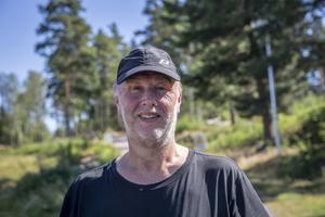 Christer Danielsson tycker att stavgång är en bra träningsform. Med stavar med vikter blir det riktigt jobbigt.