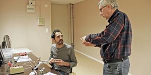 Yassin Aljeiroudi och Stefan Aurusell pratar idéer i Kungsörs nya MakerSpace.