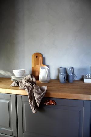 Färgen på köksväggarna är neutralt grå men eftersom rummet har kallt ljus så det var väldigt svårt att hitta en färg som inte blev blå.