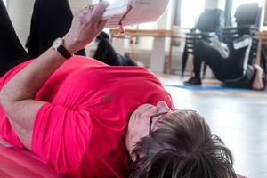 Passet är utformat av Daga Erikssons barnbarn som jobbar med sjukgymnastik. Daga Eriksson deltar själv, med ett öga på gänget och det andra på programmet.