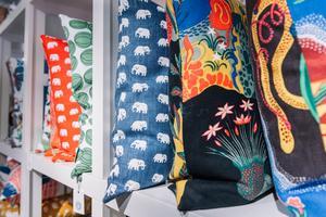 Färgglada kuddar är populärt, bland annat med Estrid Ericsons klassiska elefantmönster.Foto: Stina Stjernkvist / TT