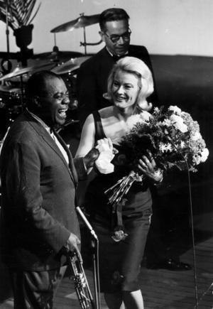Monica Zetterlund tillsammans med trumpetaren Louis Armstrong och klarinettisten Joe Dariebourg, efter en TV-konsert på Cirkus 1962. Foto: TT