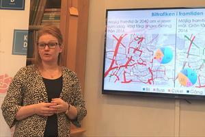 – Vi kan inte spränga hus för att skapa fler bilfiler, säger Linda Larsson (C), vice ordförande i programnämnd samhällsbyggnad för Örebro kommun.