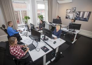 Ett av rummen på Consid i Gävle där årets hackaton The Considition kommer genomföras. Tävlingen sker samtidigt och tävlande lag kommer att sitta på företagets samtliga 20 orter i Sverige och de 150 deltagande lagen finns över hela världen. Bilden visar inget hackaton utan det är it-företagets personal som jobbar. Från vänster i bild är det Marie Nordin, Pontus Sandh, Madelaine Sandahl, Mona-Lisa Westlund, Torbjörn Bäckström som är regionansvarig i Gävle och Viktor Danhall.