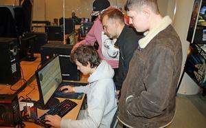 Jonatan Turesson spelar medan Adrian Torstensson, Simon Gustavsson och Theo Gustafsson tittar på.