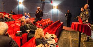 Ett 50-tal kom till mötet i Folkets hus. Här tar Stig Eklund från PRO till orda.