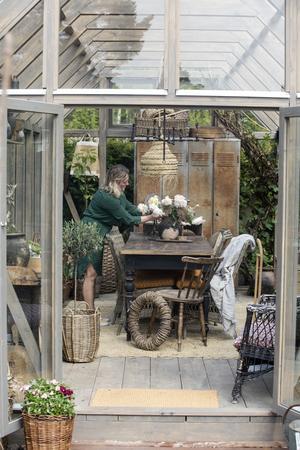 En maffig bukett av pioner får ta plats på bordet i försommartid. Senare i sommar kommer dahliorna att ta över som huvudnummer i Lindas trädgård.