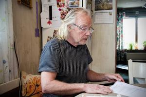 Tomas Sundholm har räknat ut att det skulle det kosta omkring en halv miljon kronor att koppla in sig på det kommunala vatten- och avloppsnätet.