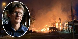 Peter Danielsson, räddningschef i beredskap i Smedjebackens kommun, berättar att huset i Söderbärke har totalförstörts av branden. Foto: Anton Ryvang och Läsarbild