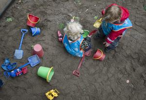 Barnen leker i sandlådan. Foto: Fredrik Sandberg/TT