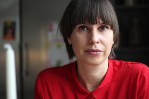 """""""Jag tror att ekorrhjulet inte snurrar lika fort här"""", säger Liza Lundberg (S) om vardagen i stadsdelen Elsborg och jämför med Kungsholmen i Stockholm."""