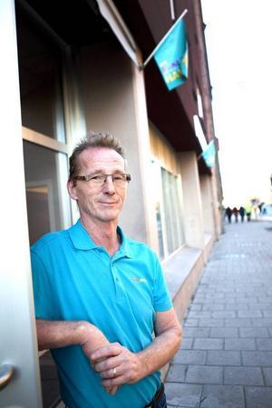 Mats Hult konstaterar glatt att fler kommer till Bingohallen efter flytten från Storgatan till Kyrkgatan.