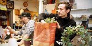 Billy Eriksson hjälper arbetsledaren Carl Wahl med att packa kundernas varor.