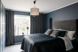 Enligt mäklarbeskrivningen har huset genomtänkta materialval, återhållna färger och tidlös design. Sovrummets färgskala ger en lugn och harmonisk känsla. foto: Utsikten foto.