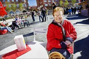 Gurli Wikander, från Torvalla, tar en kopp kaffe hos socialdemokraterna.