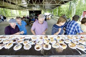 Av Gårdskärs 350 invånare hade 70 bakat kakor dagen till ära.