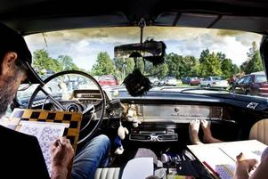 NJUTBART. I går cruisade Bengt-Göran Larsson och Lena Johansson till Högbo bruk för att spela bilbingo. Det är andra gången och de gillar redan fenomenet.