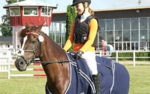 Emma Åkerström från Falu RS på Matchellko glänste när de vann Lätt C för ponnyer på torsdagen i Romme. Foto: Olof Aspelin