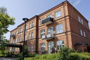 Före detta Karlaskolan byggdes om till lägenheter 2011.
