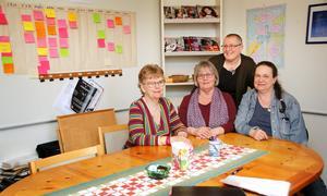 """Kerstin, Karin, Anna och Cornelia finns till hands för de kvinnor som behöver stöd på olika sätt. """"En kvinna tog ett djupt andetag efter ett samtal och sade att det här hade hon aldrig berättat för någon"""", säger Kerstin som nu går i pension efter nära 20 år på Kvinnojouren i Sala."""