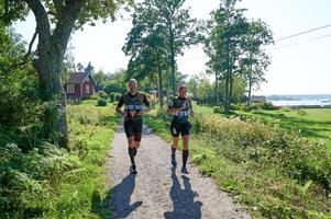 Tove Strömberg & Mårten Alkmark i fullt fart uppe på land. Foto: Gunnar Eld