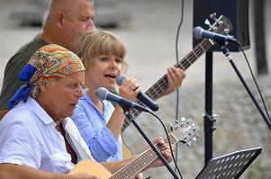 Fubbe Furberg, Mathilda Kurtsson och Pelle Hellström spelar och sjunger vid Stadshusplatsen den 27 juli. Foto: Privat