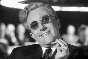 Peter Sellers spelar den egendomlige tyske kärnvapenexperten Doktor Strangelove i Stanley Kubricks film med samma namn. Foto: Biografcentralen