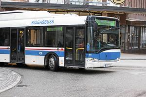 """2018 fick VL stänga fyra hållplatser vid länsväg 723 då de inte kunde garantera att bussarna skulle komma förbi de felparkerade bilarna. """"Vi har haft möte med Trafikverket och de berörda kommunerna, och kommer att följa upp hur det går med parkeringsförbudet. Folk måste kunna planera sin resa, och kommer inte bussen fram måste vi stänga hållplatserna"""", säger Mohammad Sabet, verksamhetschef för trafikförsörjning på VL."""