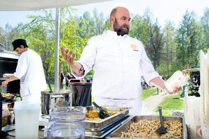 Mästerkocken Daniel Jernkrook ställde upp och bjöd på mat under Lekterapins dag.