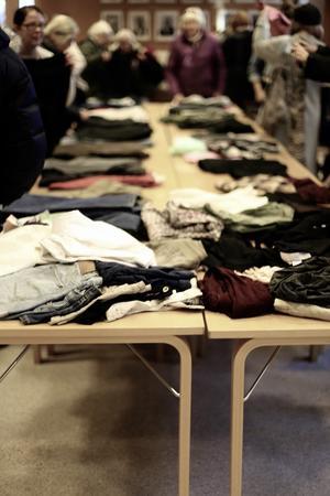 Flera bord var uppställda i kommunhuset med kläder.