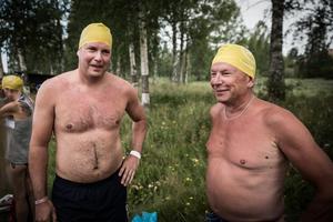 Magnus Dewall från Kramfors och Christer Stockhaus från Bollnäs har hunnit simma ett par hundra meter efter svettiga danskvällar.