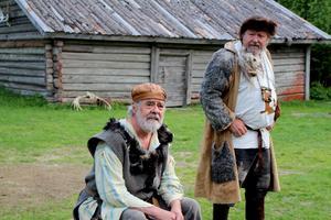 Humor och allvar i en salig mix. Det bjuds på i sommarens pjäs med Höga kusten teaterförening. Rövarna spelas av Robert Sandström och Bo R Holmberg.