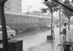 En nostalgisk bild från Kobe 1961 med den typiska lilla japanska skåpbilen. Foto: Akiyoshi Matsuoka