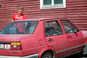 Gänget i Stöde IF delar på en bil. En Volkswagen av ... lite äldre årsmodell.