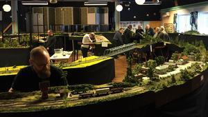 Utställningsytan är på 250 kvadratmeter och fyller hela Oreparkens lokal. Under torsdagen hade medlemmarna